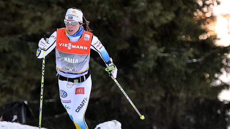 Charlotte Kalla testar spåren i Davos. Foto: Anders Wiklund/TT