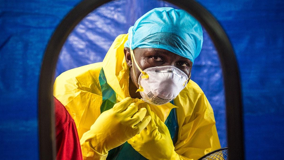 Vårdpersonal i Freetown i Sierra Leone. Foto: Michael Duff/AP.