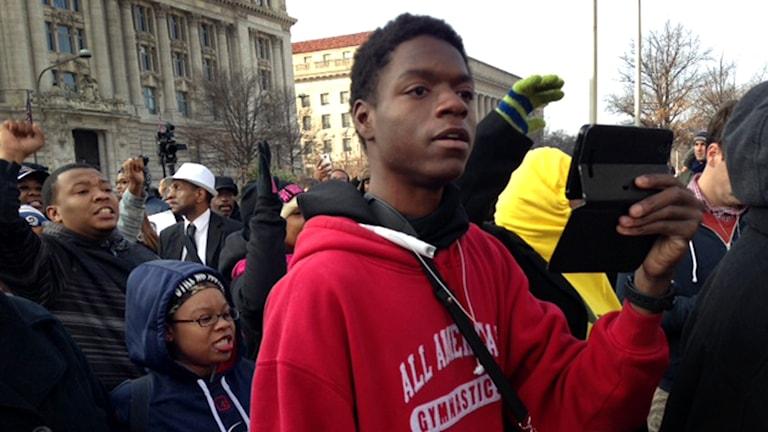 Ung man förbereder sig för demonstrationer i Washington DC. Foto: Fernando Arias / Sveriges Radio