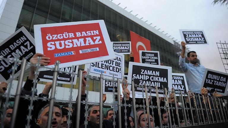 Protester mot polisräder mot medier i Turkiet. Foto: AP.