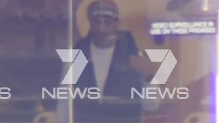 Den misstänkta gisslantagaren fångad på bild. Foto: Channel Seven/TT