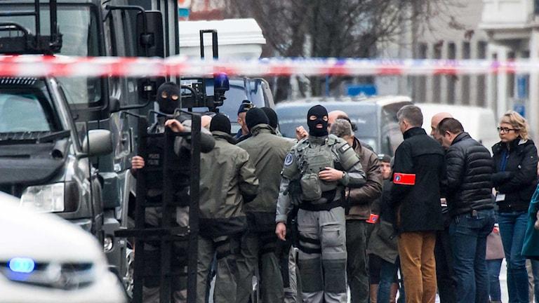 En insatsstyrka från polisen utanför den lägenhet i Gent där ett gisslandrama sägs pågå. Foto: Geert Vanden/TT.