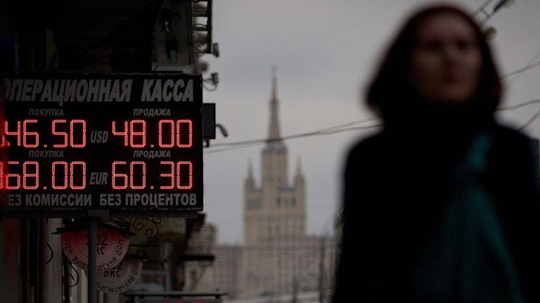 Skylt i Moskva som visar växlingskurser för rubeln. Foto: Ivan Sekretarev/TT.