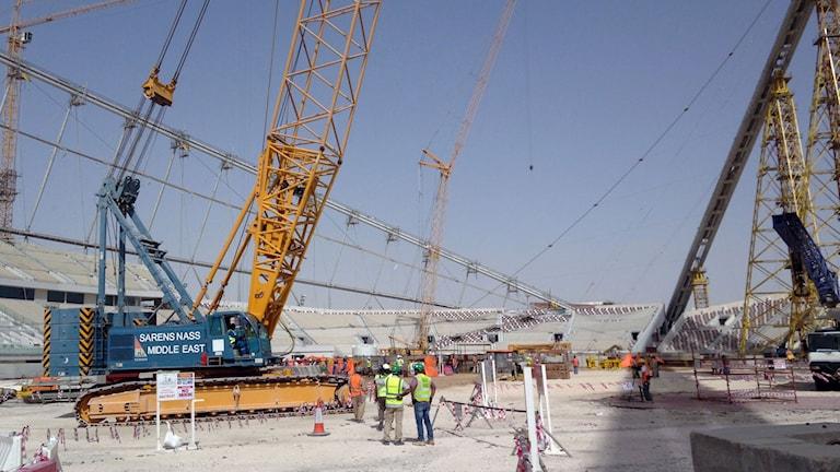 Byggnadsarbete på Khalifa Stadium i Doha, Qatar, som är en av arenorna som byggs inför VM 2022. Foto: Rob Harris/AP/TT.