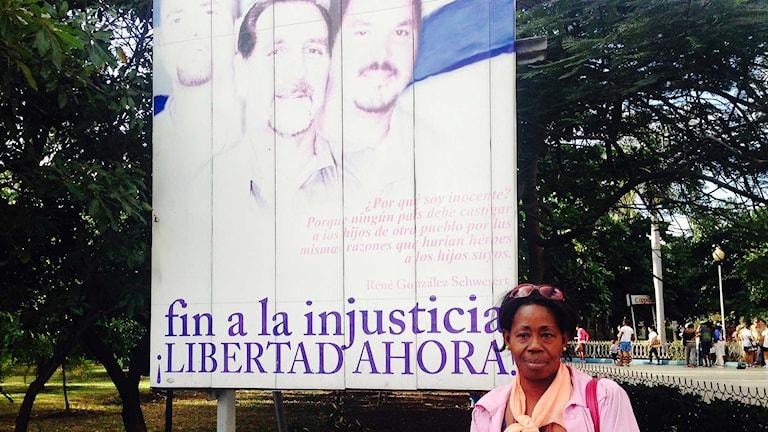 Concepción Arenas framför en skylt som visar de fem spionerna som nu släppts fria. Foto: Lotten Collin/Sveriges Radio