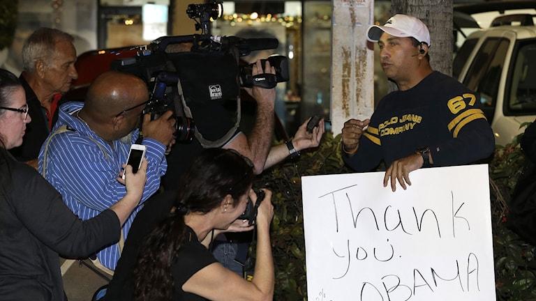 """En anhängare till USA:s president Obama med en skylt med texten """"Thank you Obama"""". Foto: Alan Diaz/TT."""