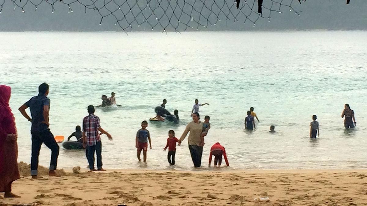 Nu börjar människorna i Aceh att åter våga sig tillbaka till sina älskade stränder. Men i många år efter tsunamin stod stränderna helt tomma. Foto: Margita Boström/Sveriges Radio