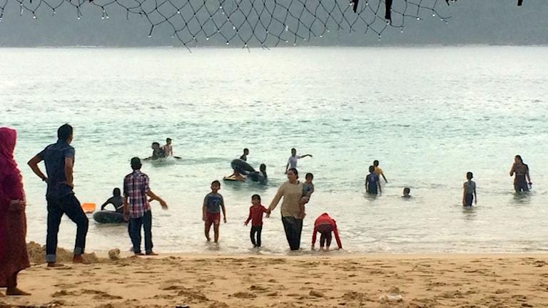 Nu börjar människorna i Aceh att åter våga sig tillbaka till sina älskade stränder. Men i många år efter tsunamin stod stränderna helt tomma. Foto: Margita Boström/SR