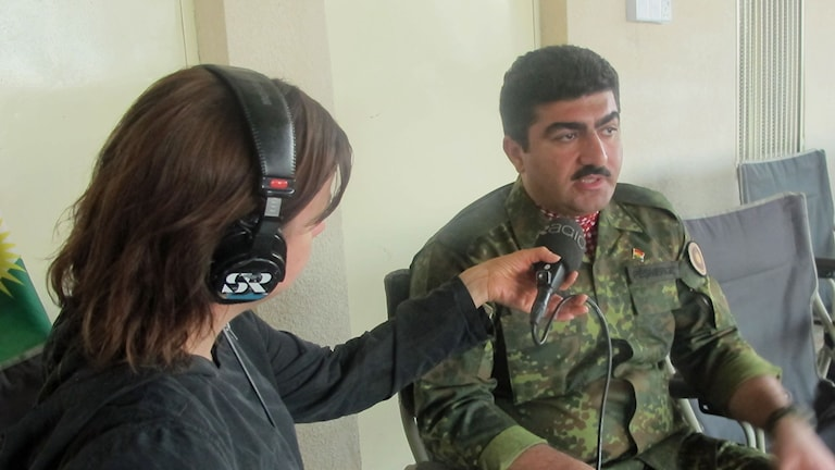 Generalen Sirwan Barzani intervjuas av Katja Magnusson. Foto: Sveriges Radio.