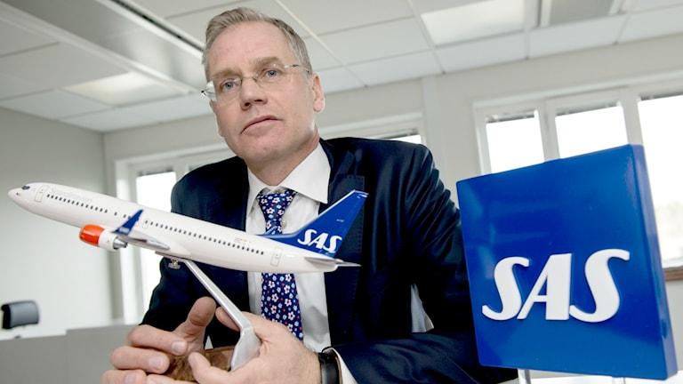 SAS vd Rickard Gustafson hållandes ett modellflygplan.