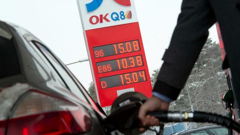 Bilist tankar diesel på OKQ8