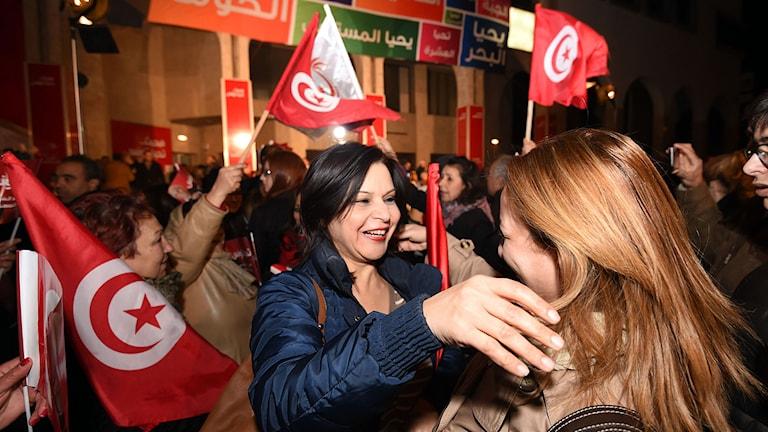 Essebsi-supportrar firar på Tunis gator. Foto: Fethi Belaid/TT.