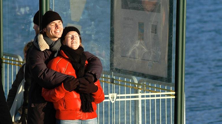 Förälskat par solar sig i vinterns värmande sol. Foto: Hasse Holmberg/TT.