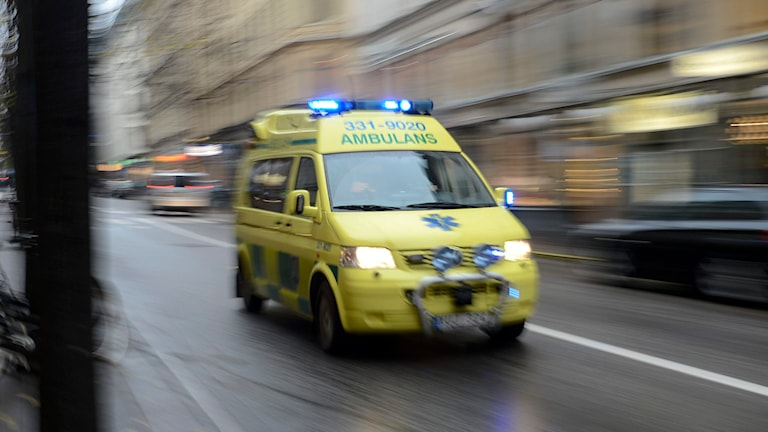 Ambulans under utryckning på en gata. Foto: TT.