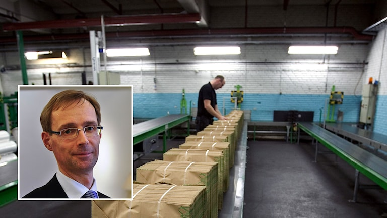 På JD Stenqvist AB i småländska Nissafors tillverkas det papperskassar. 40 % av tillverkningen går på export. Inklippt: SEB:s chefekonom Robert Bergqvist. Foto: Björn Larsson Rosvall och Anders Wiklund/TT