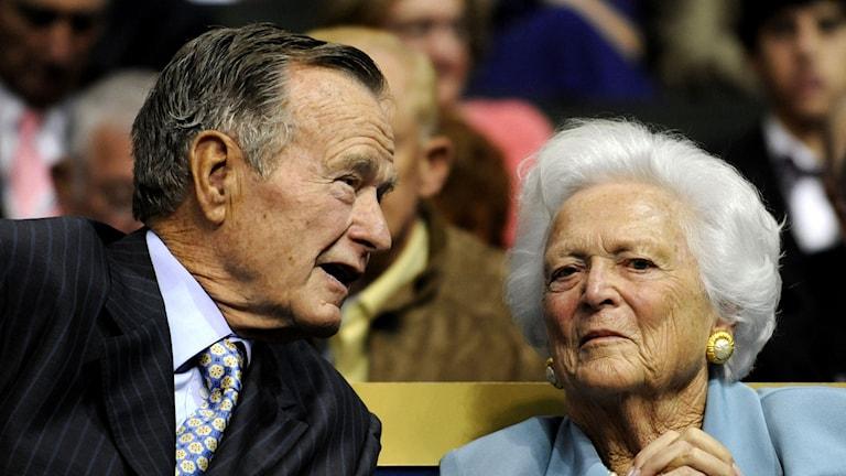 George Bush den äldre och hans fru Barbara. Foto: Susan Walsh/AP.