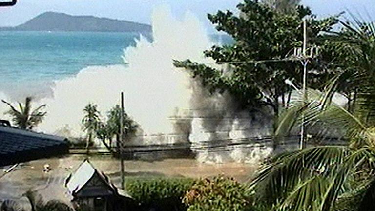 Turistbilder visade hur vågorna slog till med full kraft. Foto: TT.