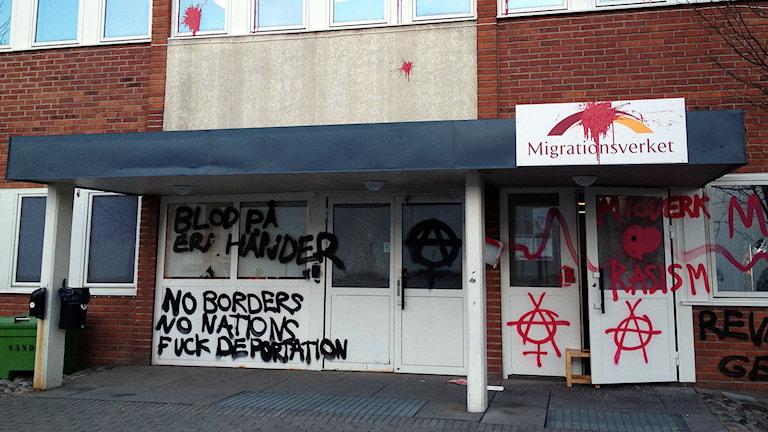 I våras blev Migrationsverket i Uppsala vandaliserat. Foto: Pontus Lundahl / TT.
