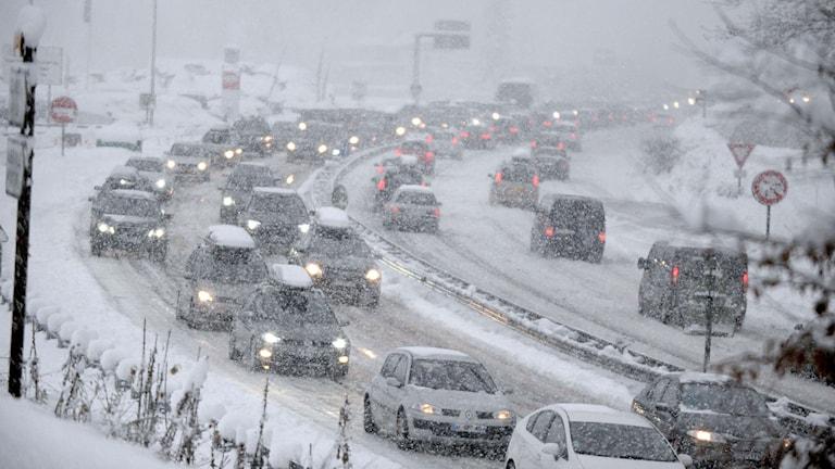Bilar på snöiga vägar i franska alperna. Foto: Jean-Pierre Clatot/TT.