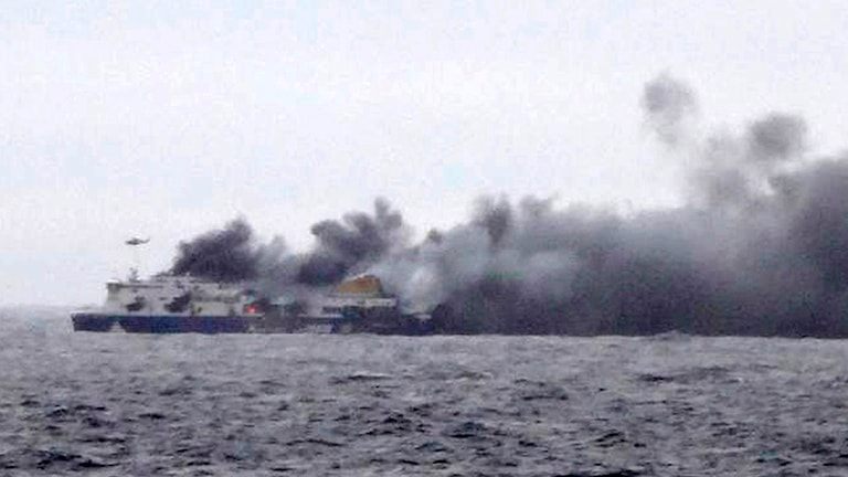 Brinnande italienskt flaggade skeppet Norman Atlantic. Foto: TT / AP Photo / SKAI TV Station