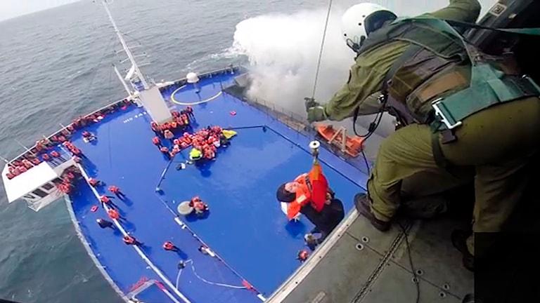 En kvinna räddas med helikopter från Norman Atlantic. Foto: TT