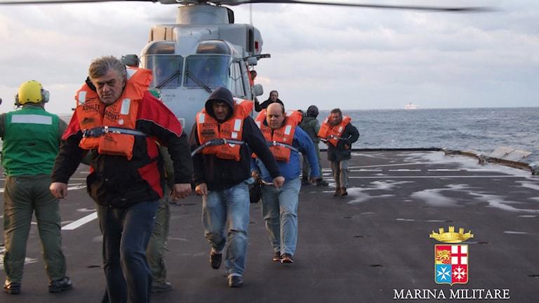 De första räddade passagerarna har nu anlänt till Italien. Foto: AP/Italian Navy/TT.