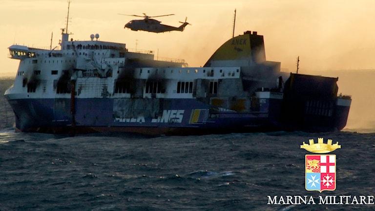 Den utbrända och evakuerade färjan ska föras i hamn för utrending. Foto: TT