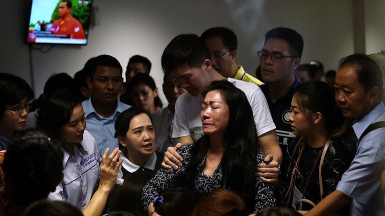 Familjemedlemmar till passagerare ombord på det saknade flyget reagerar efter att ha sett nyhetsrapporter som visar en oidentifierad kropp flytande  i havet. Foto: AFP/ MANAN VATSYAYANA/TT.