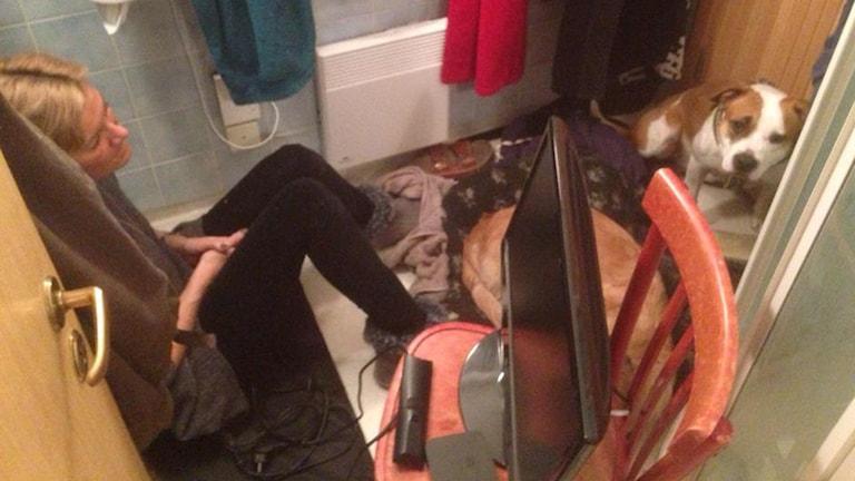 Claes Hollander och Anna Hollander stängde in sig i duschen med hundarna Mira och Chivas i fjol. Foto: Claes Hollander.
