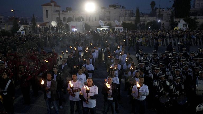 Palestinier i Ramallah firar Fatahs 50-årsdag. Foto: Majdi Mohammed/TT.