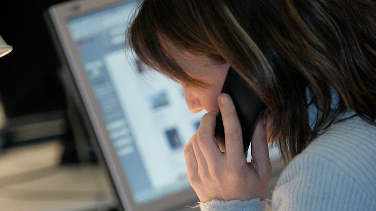 Kvinna på jobbet, pratar i telefon. Foto: TT