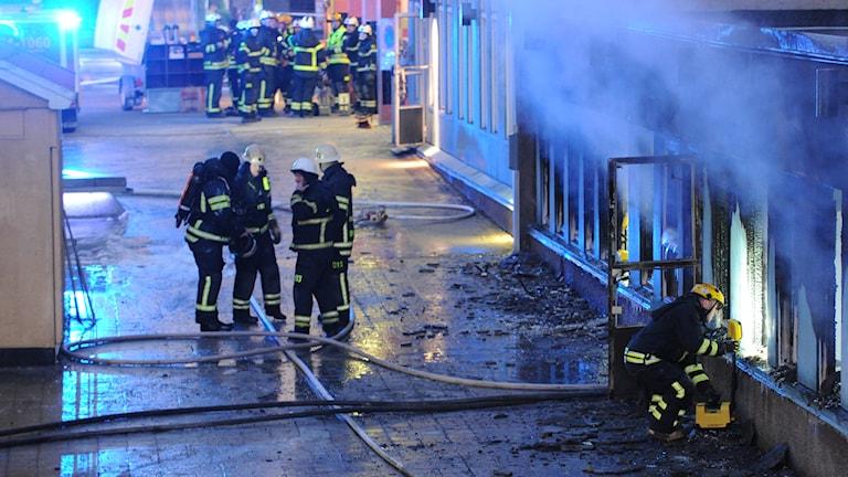 Räddningstjänsten på plats vid moskébranden i Eskilstuna. Foto: Pontus Stenberg/TT.