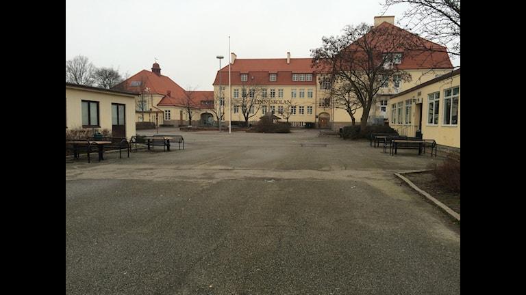 Bilden visar Linnéskolans skolgård i Malmö där ett mord på en 17-årig pojke begicks den 6 augusti 2014. Foto: Anna Bubenko/Sveriges Radio.