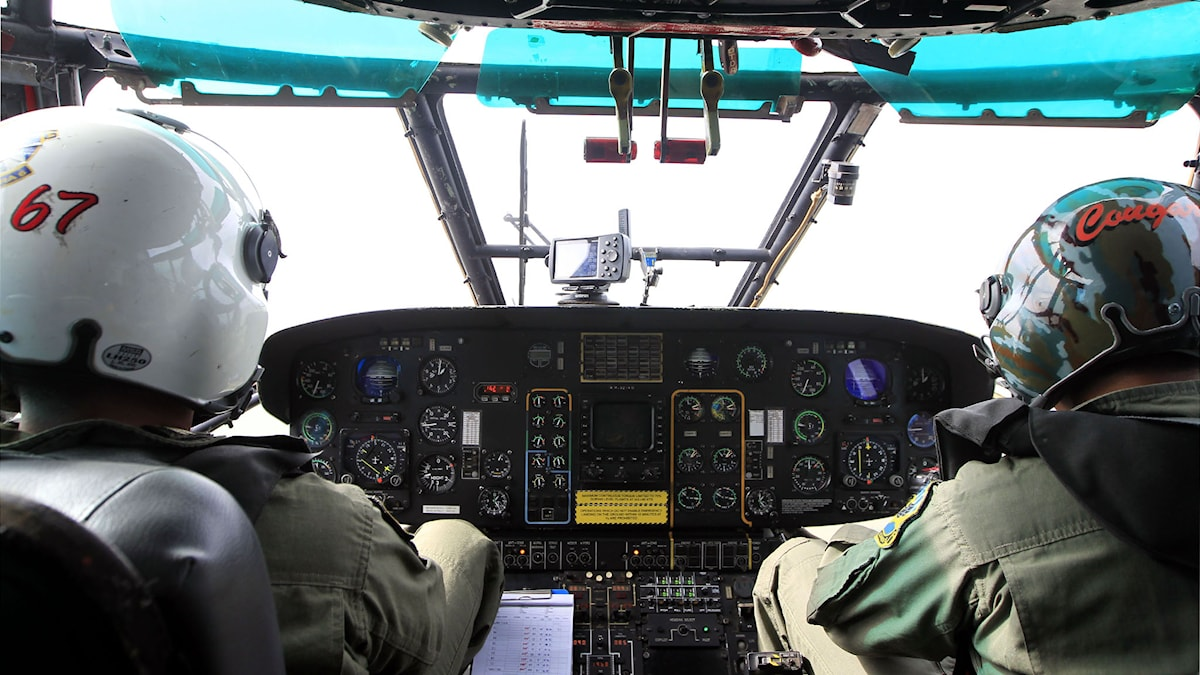Piloter söker efter det försvunna planet QZ8501. Foto: Bagus Indahono/AP.