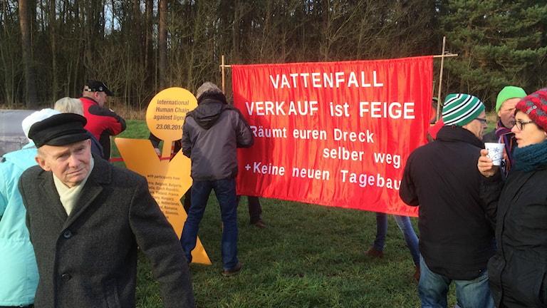 Bybor demonstrerar mot Vattenfalls brunkolsbrytning - och svenska statens försäljning