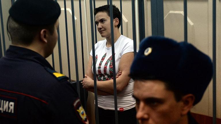 Den ukrainska piloten Nadja Savtjenko hölls i en bur i rättegångssalen i Moskva. Foto: Vasily Maximov/TT.