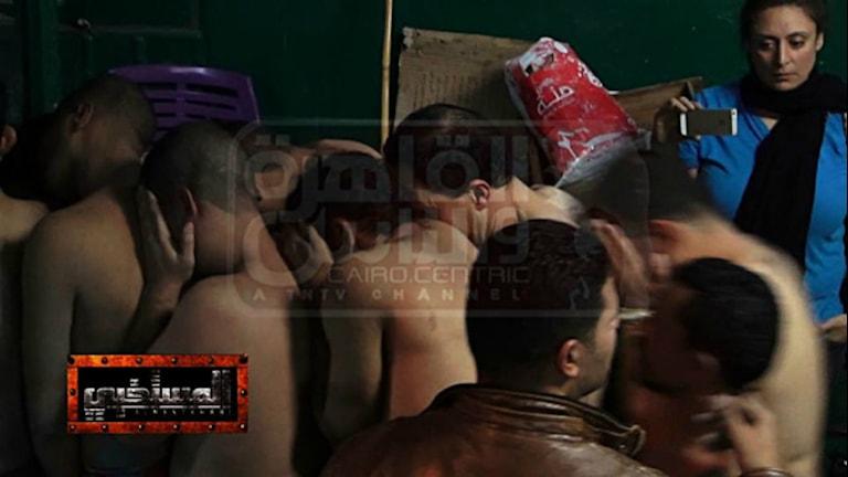 Män som anklagas för homosexualitet förs ut ur ett badhus i Kairo.
