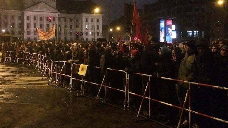 I Berlin var motdemonstranterna många fler men i Dresden kom det rekordmånga Pegida-demonstranter på måndagskvällen. Foto: Daniel Alling/Sveriges Radio.