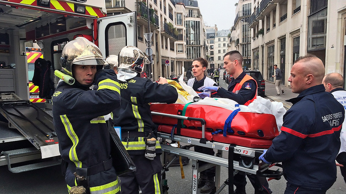 Beväpnade män stormade en fransk satirtidning i Paris. Foto: AFP Photo / Philippe Dupeyrat / TT.