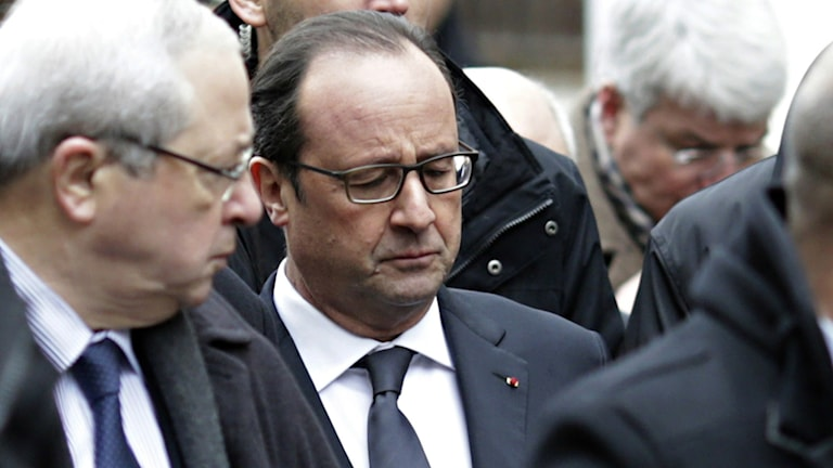 Frankrikes president Francois Hollandes ser djupt bedrövad ut