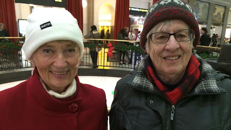 Birgitta Dahlgren från Linköping och Kirsten Repbladh har båda kört bil hela sina vuxna liv. Pensionärslivet tillåter ibland mer tid åt att åka kollektivt, men då och då måste man ta bilen, berättar de. Foto: Marcus Eriksson/Sveriges Radio