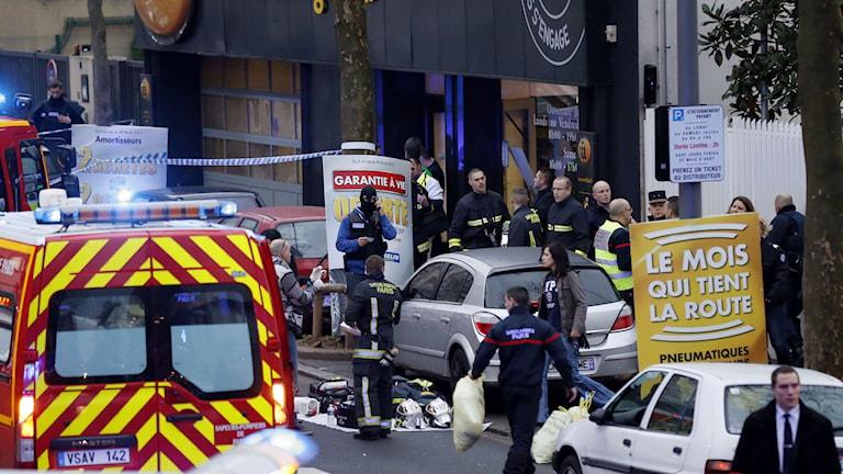 Räddningsarbetare på den plats där södra Paris en skottlossning ägt rum. Foto: TT.