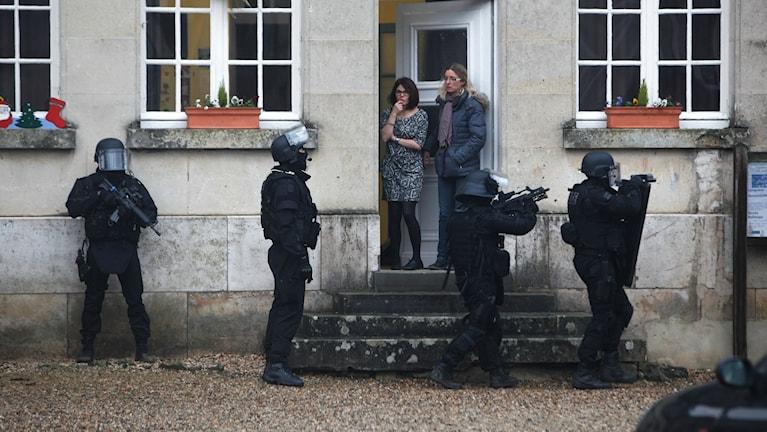 Fransk anti terror-polis sägs gå dörr till dörr i orterna nordöst om Paris. Foto: TT