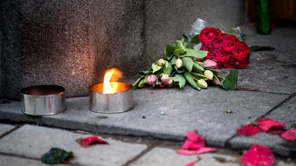 Blommor utanför den franska ambassaden i Stockholm efter de fasansfulla dåden mot tidningen satirtidningen Charlie Hebdo i Paris. Foto: Pontus Lundahl/TT.