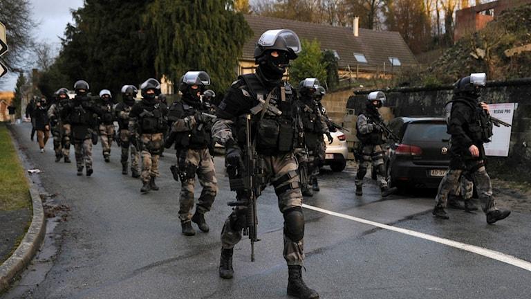 Specialpolis med skyddsutrustning och automatkarbiner har gått sökt igenom flera mindre orter nordöst om Paris. Foto: TT