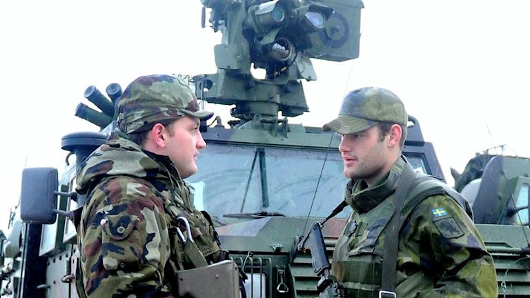 En irländsk och en svensk soldat under en Nordic battlegroup-övning