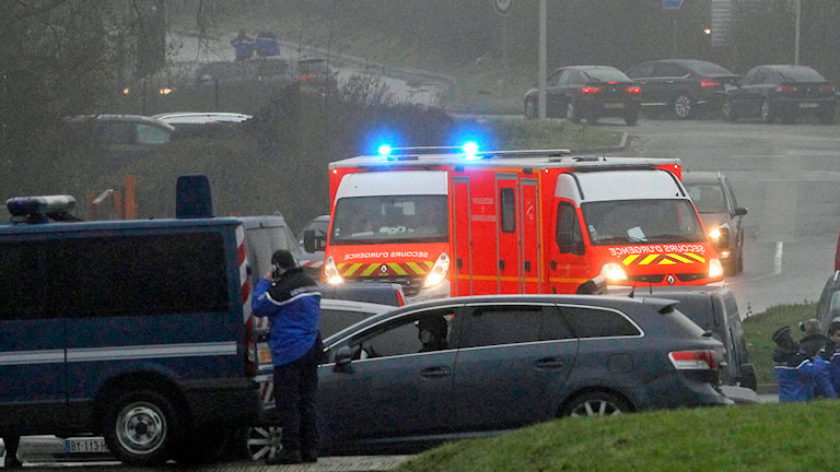 Ambulans på väg in i Dammartin-en-Goele. Foto: Michel Spingler/AP.
