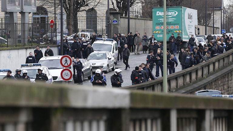 Poliser samlade på en väg. Foto: Thomas Samson/TT.