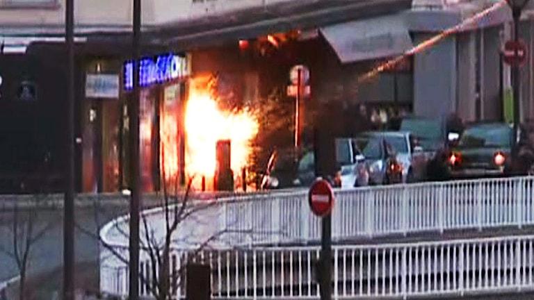 Explosion utanför butiken i Paris där gisslan hölls. Foto: Gabrielle Chatelain/AFP.