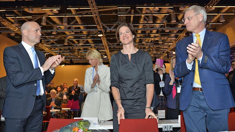 Moderaternas nya partiledare Anna Kinberg Batra får applåder av Fredrik Reinfeldt och Carl Bildt. Foto: Henrik Montgomery/TT.